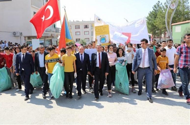 Mardin'de öğrenciler farkındalık için çöp topladı