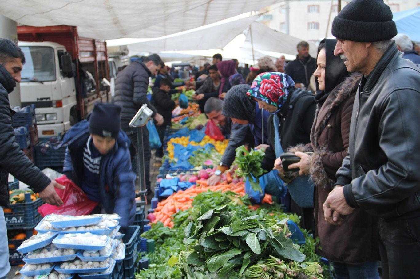 Dar gelirlinin geçim sığınağı semt pazarlarına yoğun ilgi