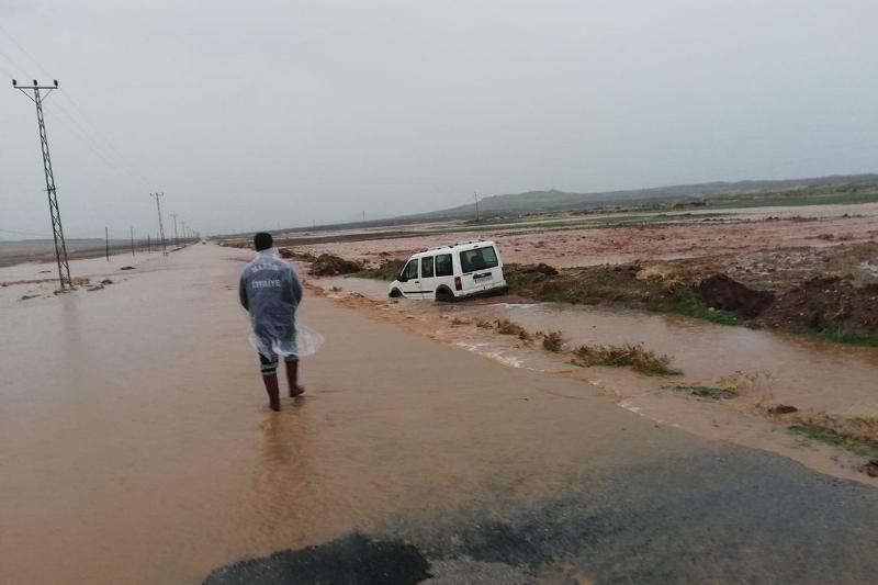 Sel nedeniyle mahsur kalanların yardımına itfaiye yetişti
