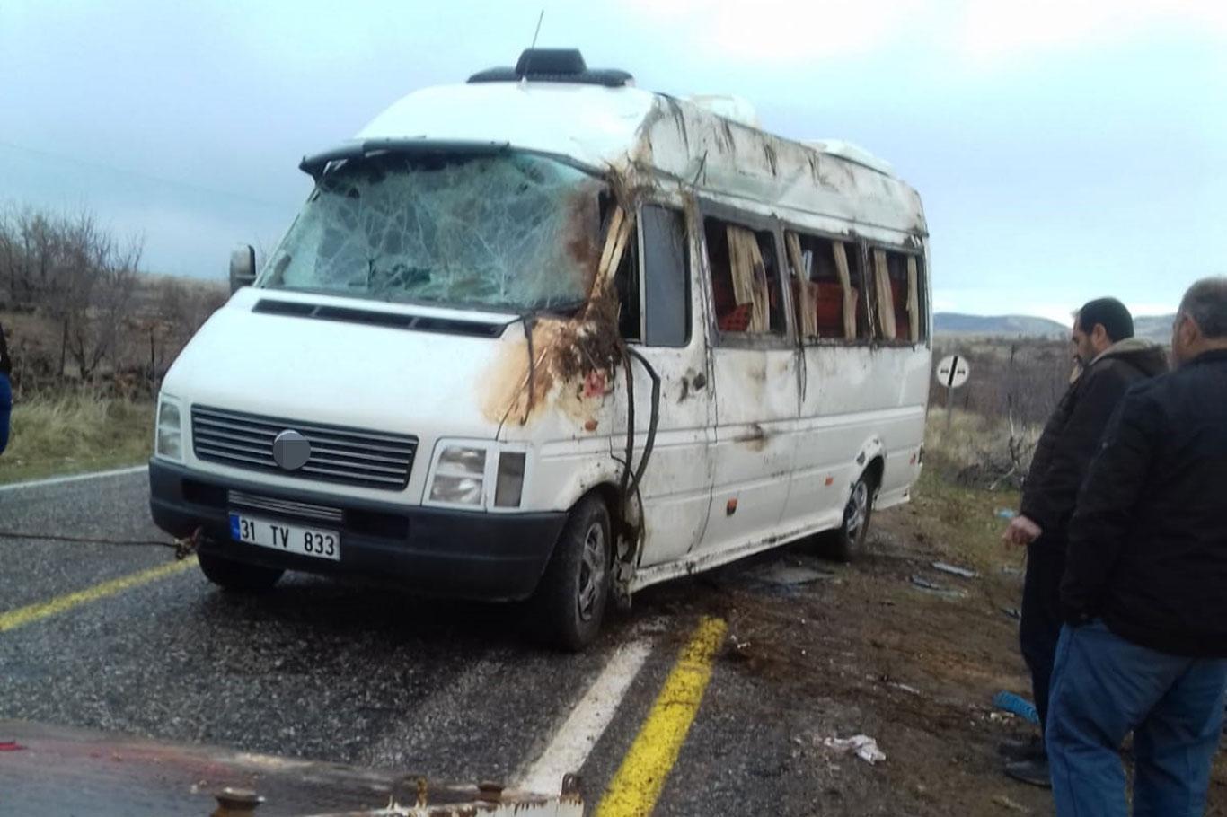Taziyeye giden minibüs devrildi: 9 yaralı