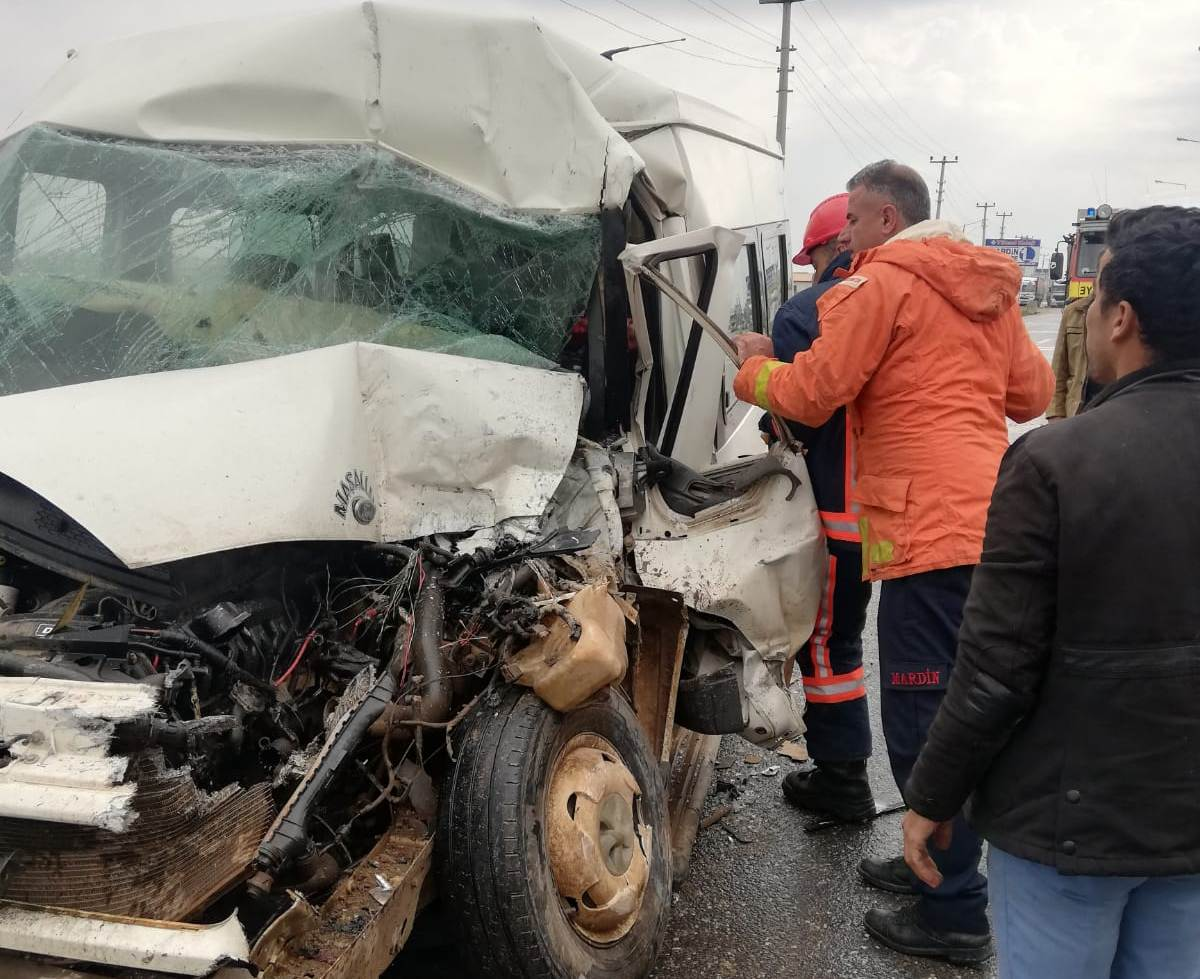 Kızıltepe'de Minibüs tıra arkadan çarptı: 2 yaralı