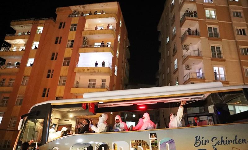 Mardin'de 'evde kal' çağrılarına uyan vatandaşlara 4 dili konser jesti