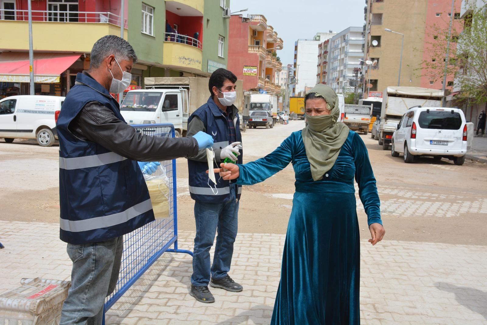 Belediye Pazar girişlerinde ücretsiz maske ve eldiven dağıttı