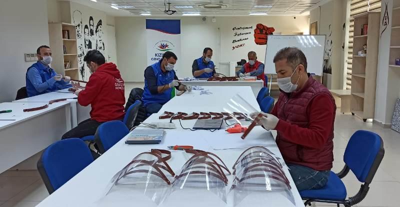 Kızıltepe'de yüz koruyucu siper üretimine başlandı