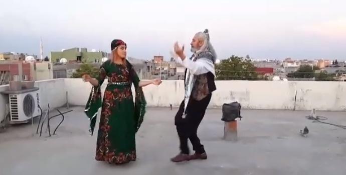 23 Nisan'ı evinin damında Reyhani oynayarak kutladı