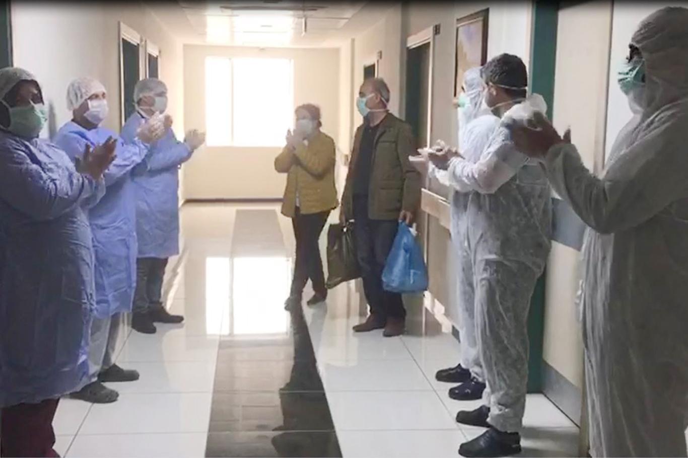 Mardin'de korona virüsü yenen çift alkışlarla taburcu edildi