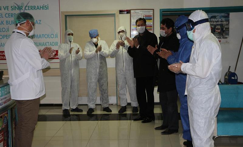 Kızıltepe'de korona virüsü yenen kardeşler, alkışlarla uğurlandı