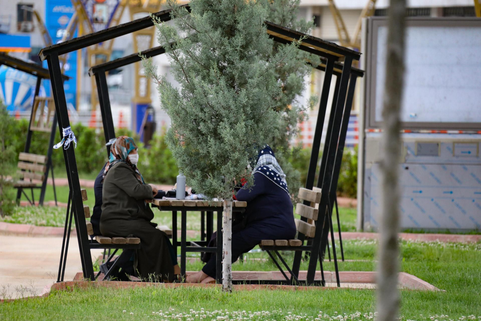 Mardin'de 65 yaş üstü vatandaşlar parklarda güzel havanın tadını çıkardı