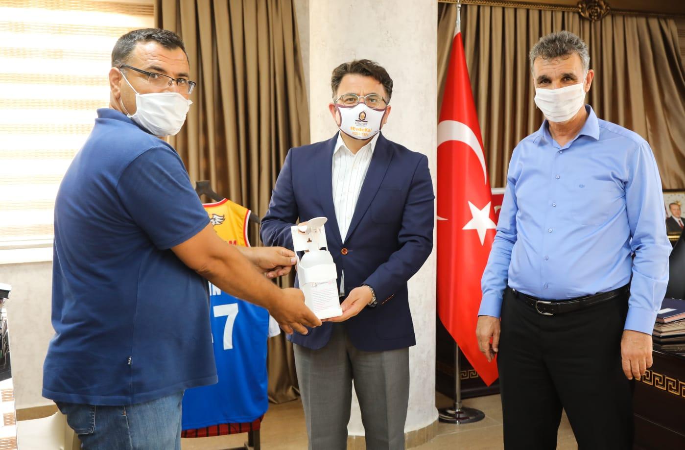Kızıltepe'de öğretmenler dezenfektan talebini karşılamayı sürdürüyor
