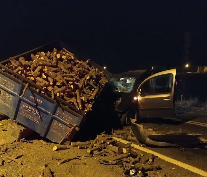 Hafif ticari araç odun yüklü traktöre çarptı: 4 yaralı