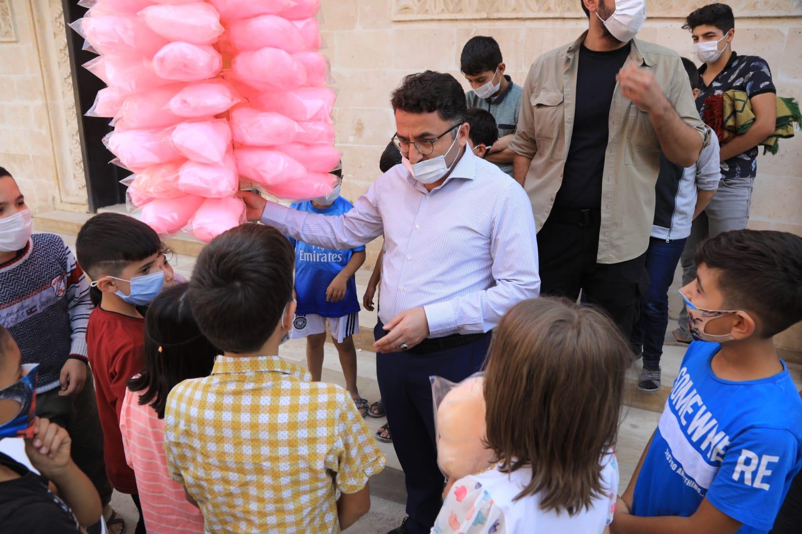Kaymakam Çam, çocuklara pamuk şekeri dağıtarak sevindirdi