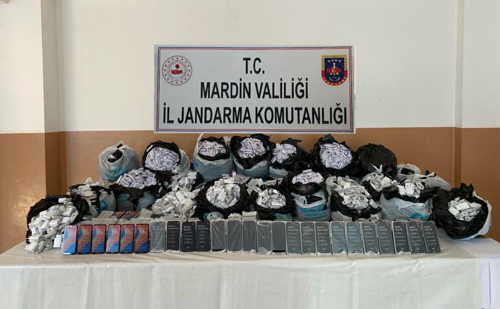 Mardin'de gübrenin arasına gizlenen kaçak telefonlar yakalandı