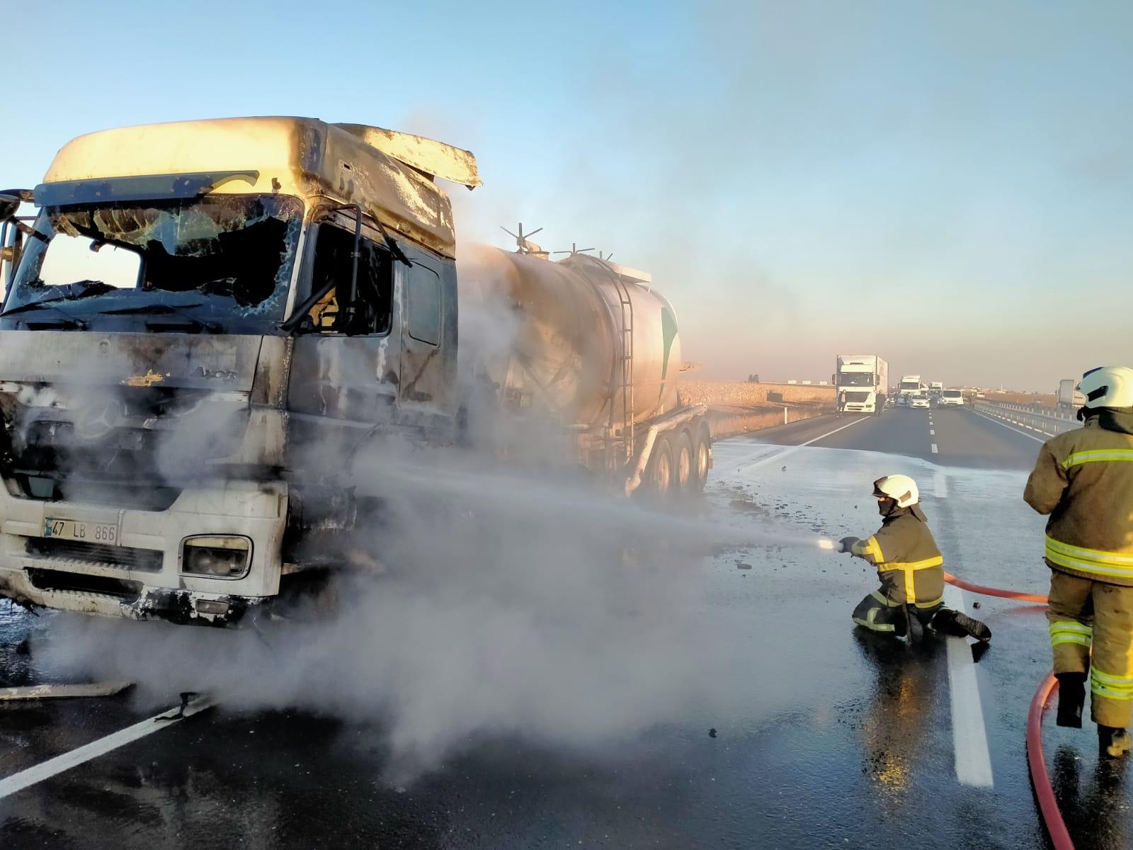 Mardin'de seyir halindeki tanker alevlere teslim oldu