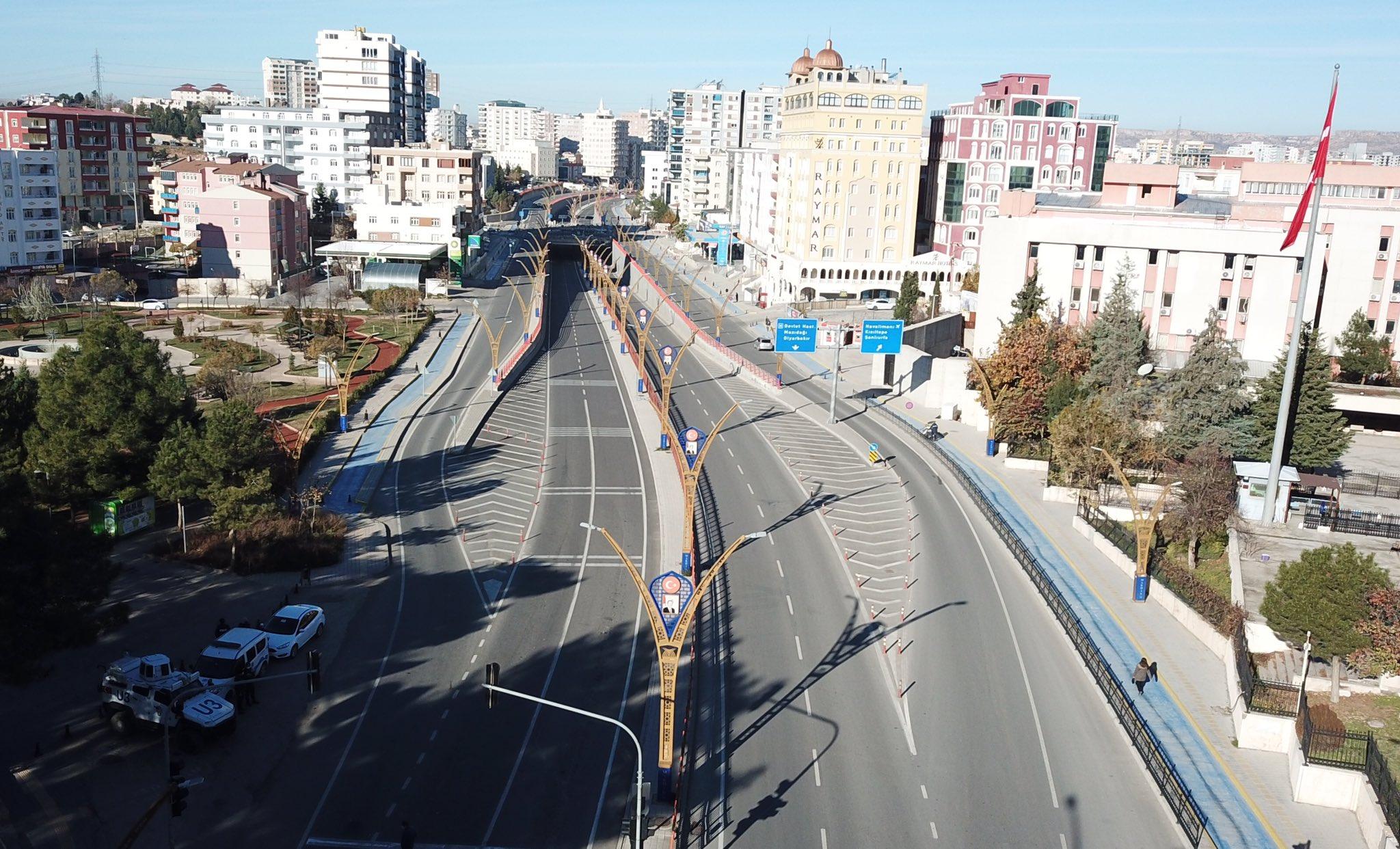 Mardin'de hafta sonu cadde ve sokaklar boş kaldı