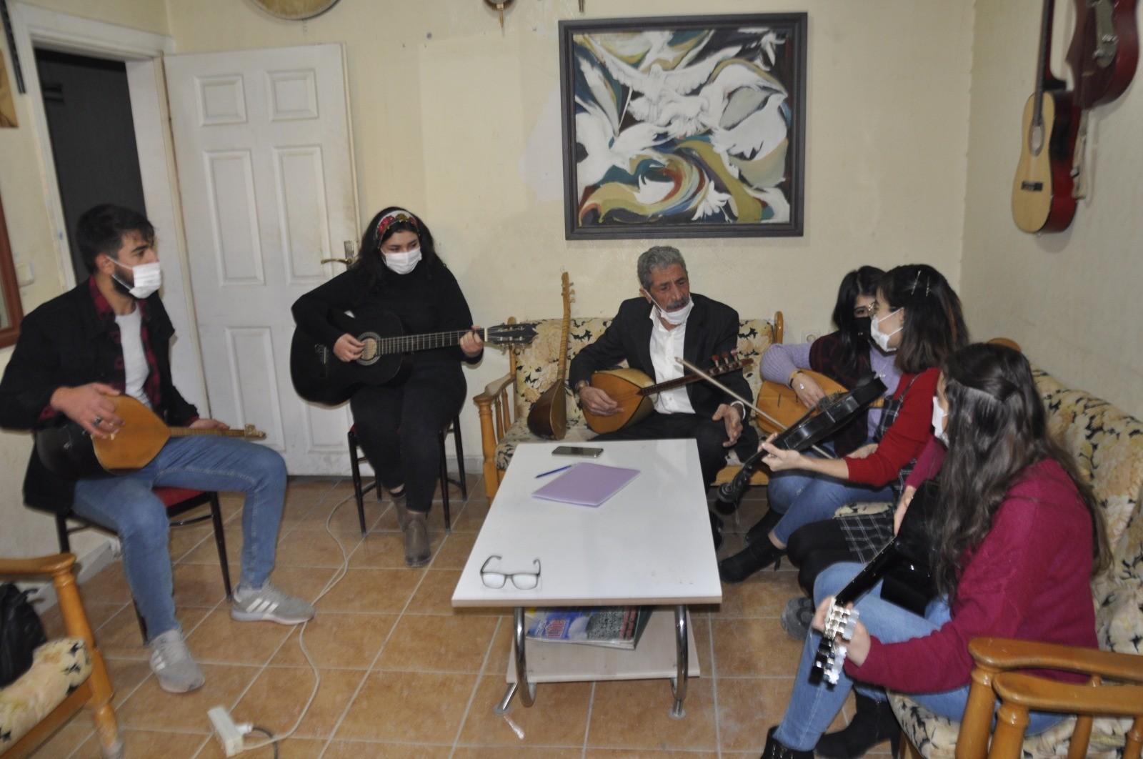 Kızıltepe'de koronanın stresinden müzik eğitimi ile kurtulmaya çalışıyorlar