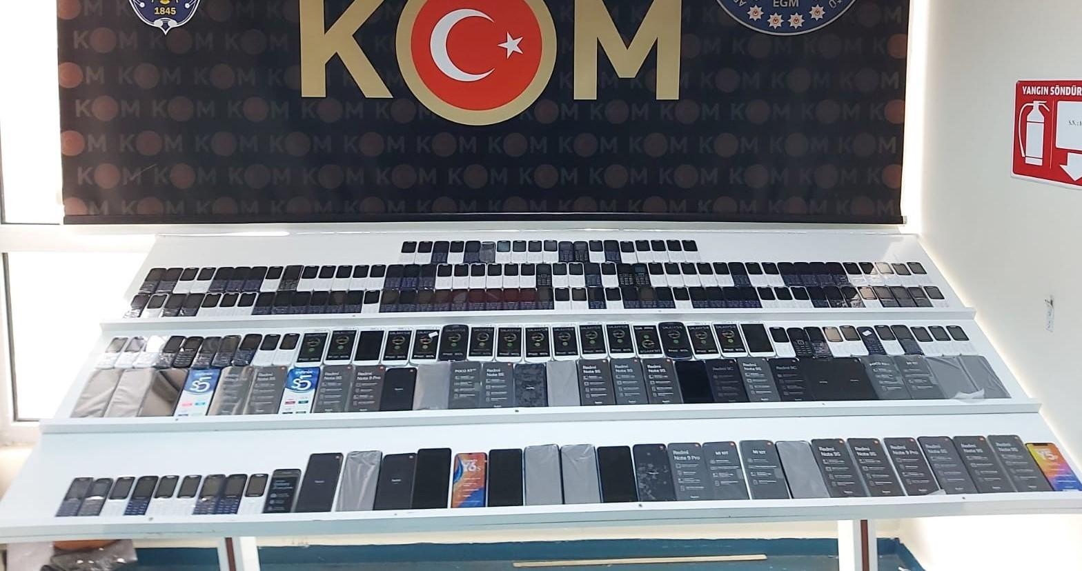 Polis piyasa değeri 1 milyon 462 lira değerinde kaçak telefon ele geçirdi