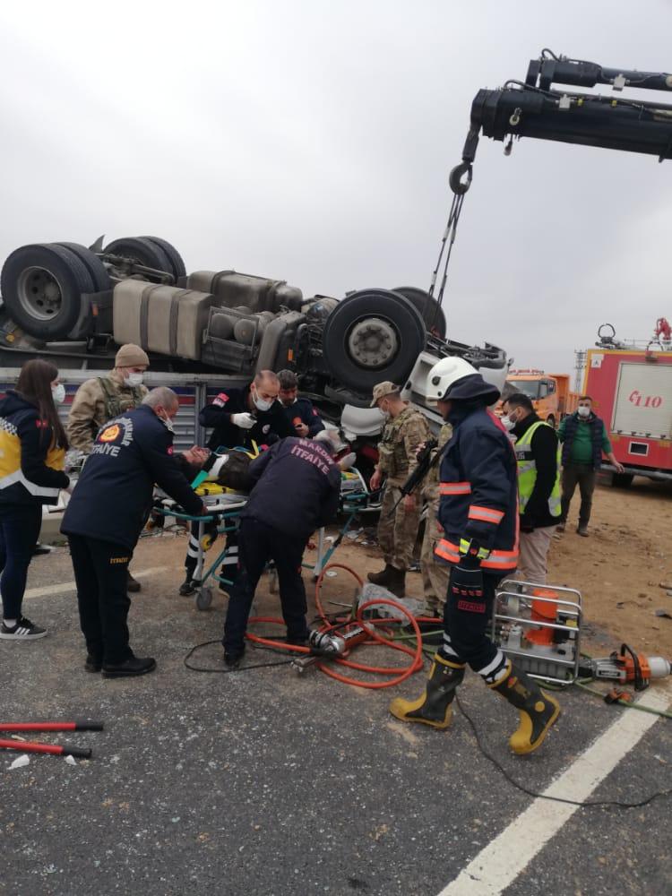 Mardin'de mermer yüklü kamyon şarampole devrildi: 1 ağır yaralı