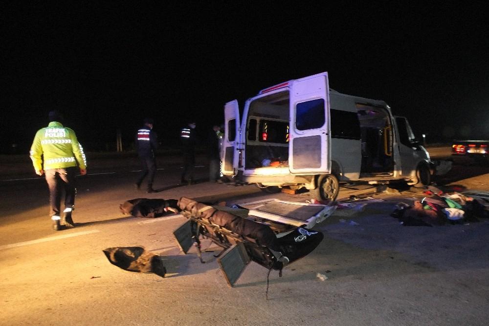 Balıkesir'in Bandırma ilçesinde İşçi taşıyan minibüs TIR'a çarptı : 3 ölü, 9 yaralı