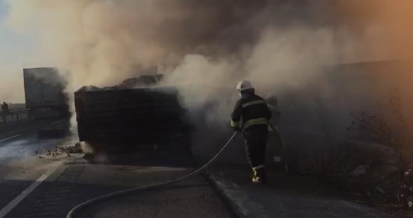 Kömür yüklü tır alev aldı, söndürme çalışmasında araçta patlama meydana geldi