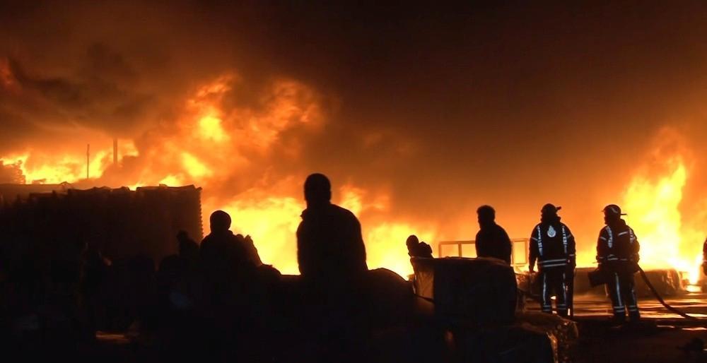 Esenyurt'ta plastik fabrikası alev alev yandı