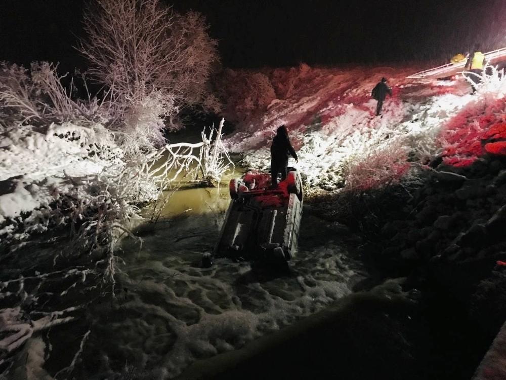 Karlı yolda kayan otomobil dereye uçtu Çanakkale'nin Çan ilçesine bağlı Büyükpaşa