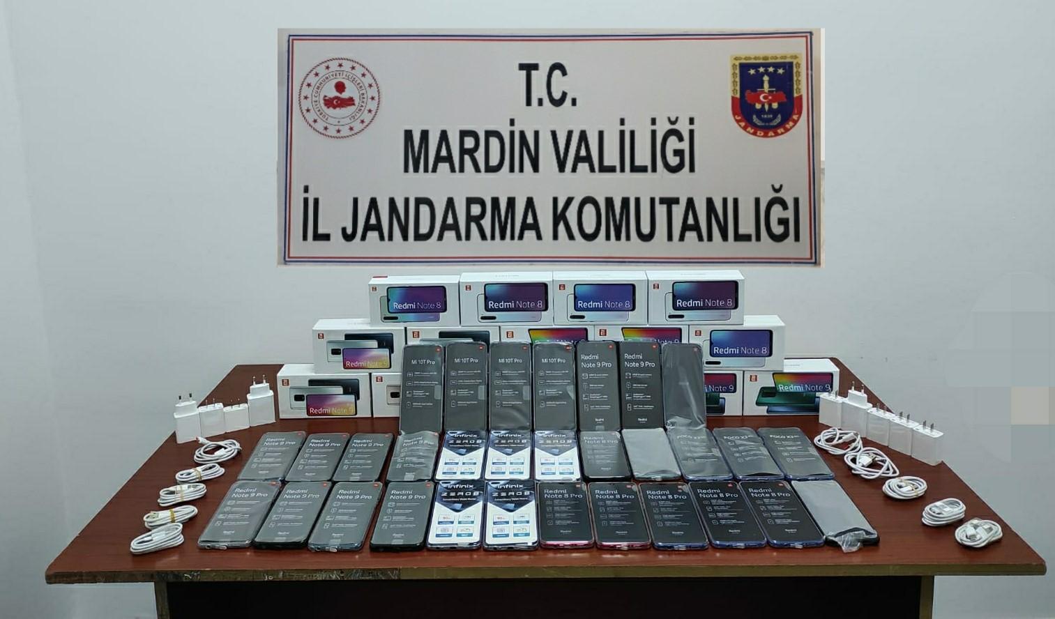 Mardin'de yolcu otobüsünde 46 kaçak cep telefonu ele geçirildi