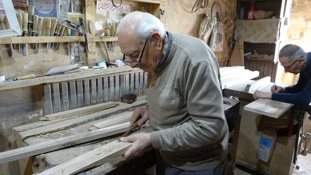 71 yıldır ceviz ağaçlarını sanat eserlerine dönüştürüyor