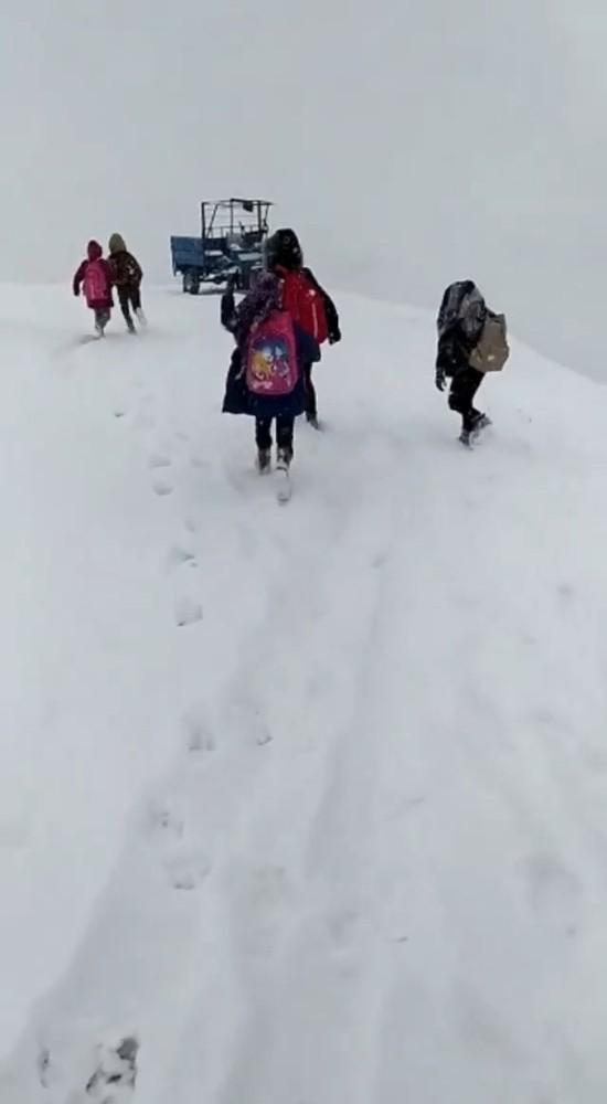 Siirt'te kar ve tipi çocukları eğitimden alıkoyamadı