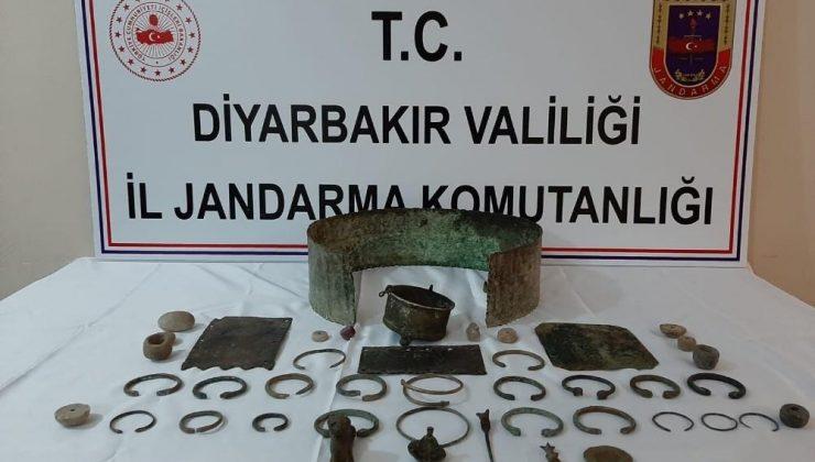 Diyarbakır'da tarihi eser kaçakçılığı operasyonu: Urartu ve Rome dönemlerine ait eserleri giysilerinin içine saklamışlar