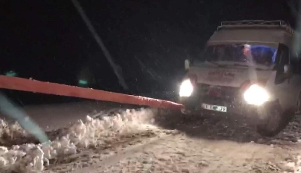 Karda mahsur kalan yolcu minibüsü kurtarıldı