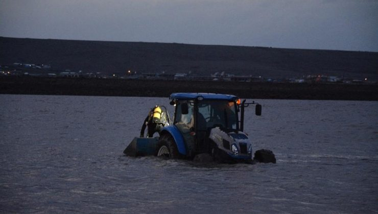 Kayık alabora oldu 2 genç gölette kayboldu