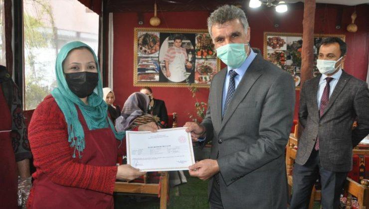 Kızıltepe'de kursu başarıyla tamamlayan aşçı adaylarına sertifika verildi