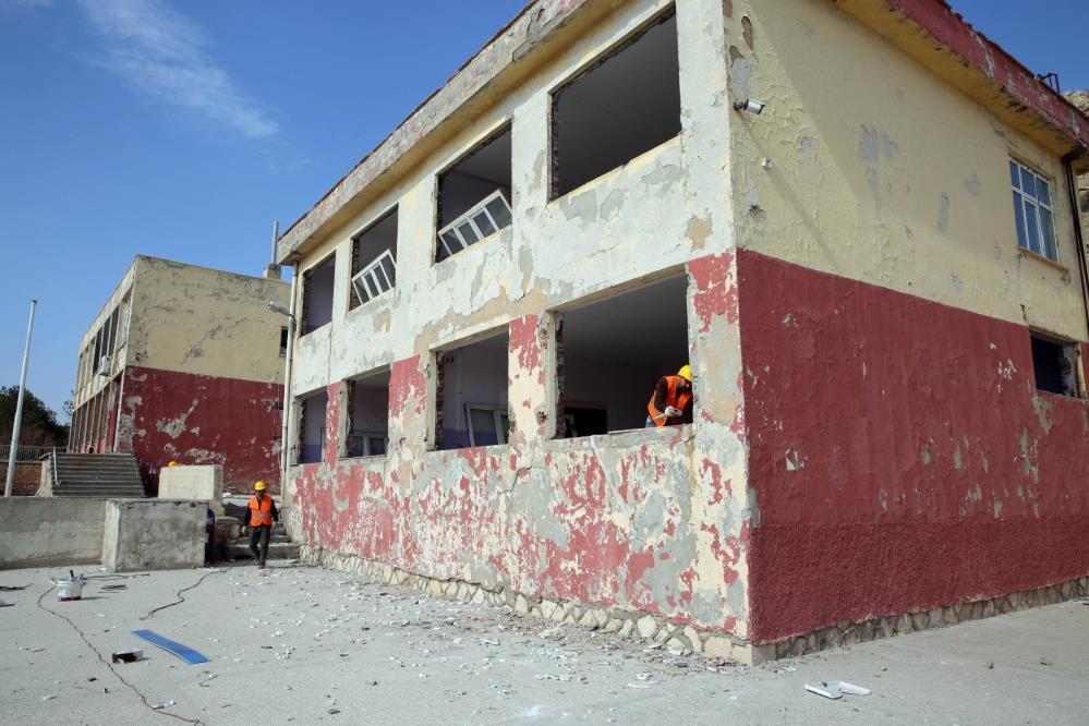 Mardin'de risk oluşturan okulun yıkım işlemleri başladı