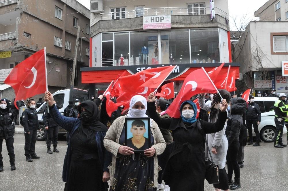 Şırnak'ta acılı anneler 'Kahrolsun PKK' sloganları ile evlatlarını HDP'den istedi