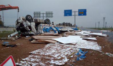 Mardin'de Mobilya malzemeleri taşıyan tır devrildi: 2 yaralı