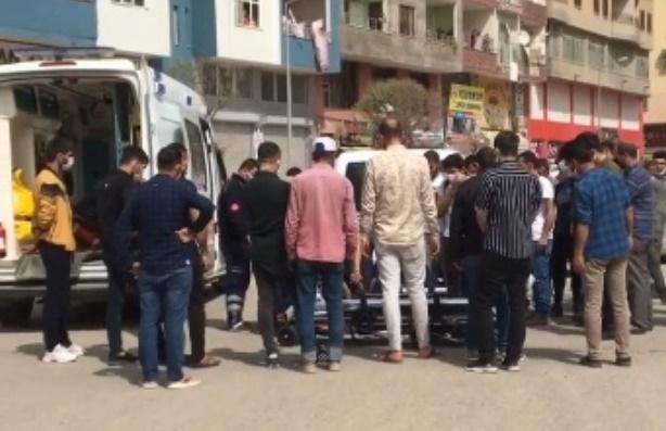 Kızıltepe'de hafif ticari araçla motosiklet çarpıştı: 1'i çocuk 2 yaralı