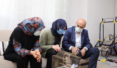 Kuşunu kaybeden Feyza'ya Vali Demirtaş'tan yeni kuş hediyesi