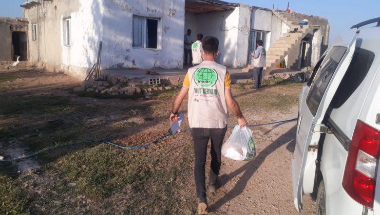 Mardin'de yetim ve ihtiyaç sahibi vatandaşlara giysi ve gıda yardımı yapıldı