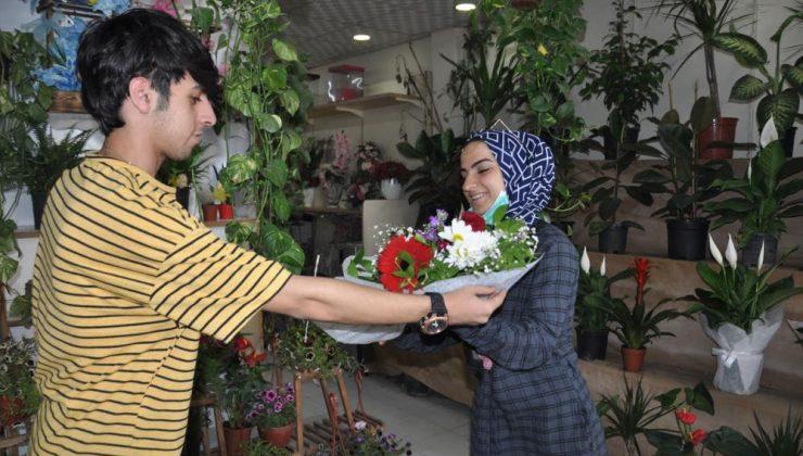 Kısıtlamalardan muaf tutulan çiçekçilerde Anneler Günü yoğunluğu