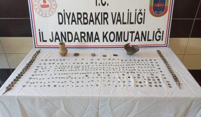 Diyarbakır'da tarihi eser kaçakçılığı operasyonu: 328 eseri 65 bin dolara satmaya çalışırken yakalandılar