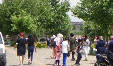 Kısıtlama bitti, Diyarbakır'da vatandaşlar tarihi mekanları doldurdu