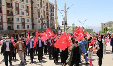 Şırnak'ta vatandaşlar terör örgütü PKK'nın saldırısını ellerinde Türk bayraklarıyla yürüyüş yaparak kınadı
