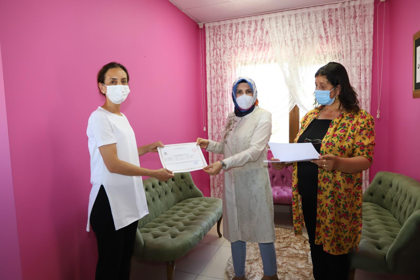 Mardin'de kadın kursiyerler sertifikalarını aldı