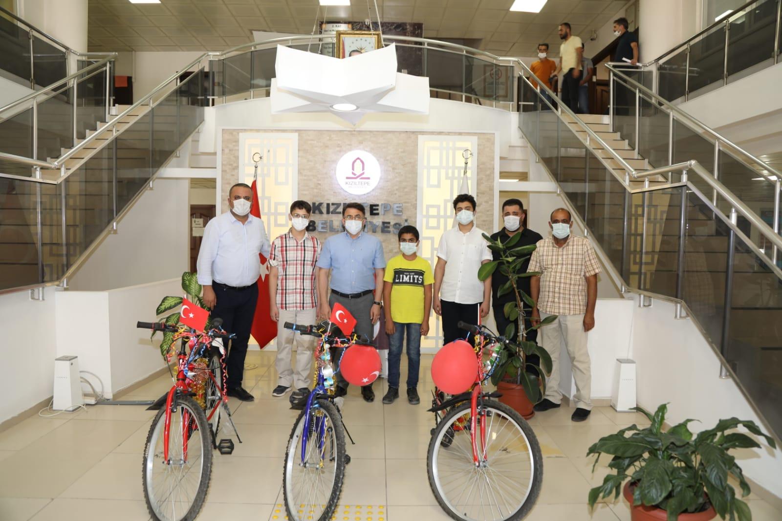 LGS'de ilk üçe giren öğrenciler ödüllendirildi