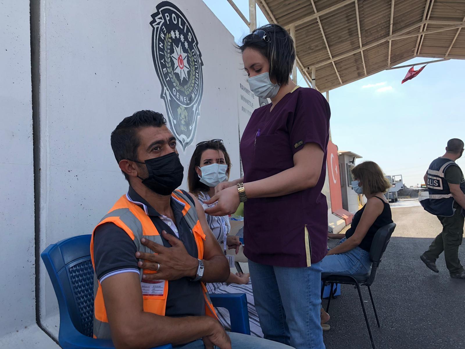 Kızıltepe'de polis kontrol noktasında sürücülere Covid-19 aşısı