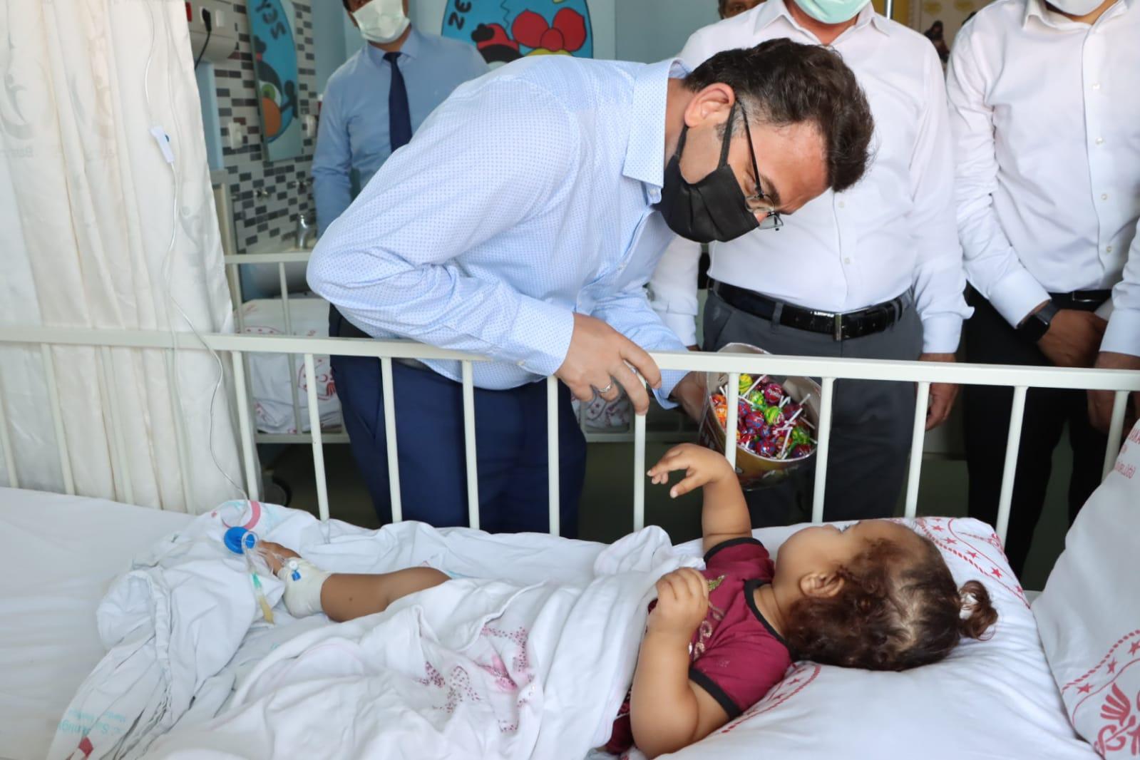 Kaymakam Çam ilçe protokolü ile polis ve sağlık personeli ile hastaların bayramını kutladı