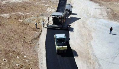 Artuklu ve Yeşilli ilçeleri arasındaki yolda asfaltlama çalışmaları başladı