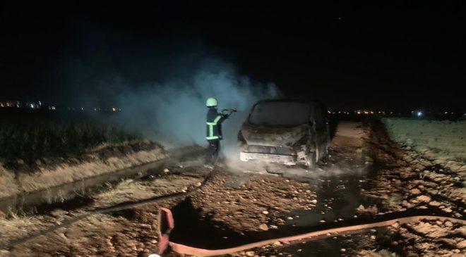 Mardin'de iki grubun kavgasında bıçak çekildi, araba yakıldı!